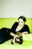 Fille avec le chat Photo stock