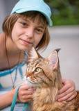 Fille avec le chat en parc Photo stock