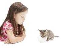 Fille avec le chaton Photographie stock