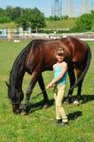 Fille avec le cheval Image stock