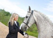 Fille avec le cheval. Photos libres de droits