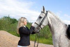 Fille avec le cheval. Photographie stock