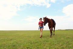 Fille avec le cheval brun Images stock