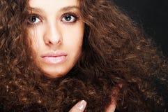 Fille avec le cheveu bouclé Photo libre de droits