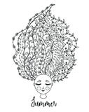 Fille avec le cheveu floral Femme avec des fleurs dans la tête Conception d'été Jeunes adultes fleur Photographie stock libre de droits