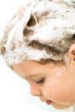 Fille avec le cheveu humide dans la mousse du shampooing Photos libres de droits