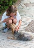 Fille avec le chien égaré Photo stock
