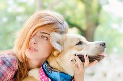 Fille avec le chien photographie stock