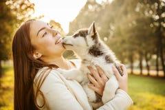 Fille avec le chien Photo stock