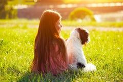 Fille avec le chien Concept d'amitié Photographie stock