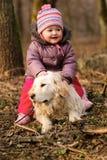 Fille avec le chien d'arrêt d'or Image stock