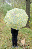 Fille avec le chien et l'ours de nounours dans la forêt Image libre de droits