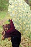 Fille avec le chien et l'ours de nounours dans la forêt Photos libres de droits