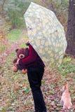 Fille avec le chien et l'ours de nounours dans la forêt Photos stock