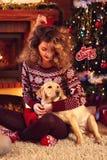 Fille avec le chien la soirée de Noël Photos libres de droits