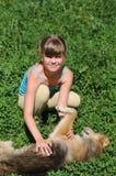 Fille avec le chien menteur Image libre de droits