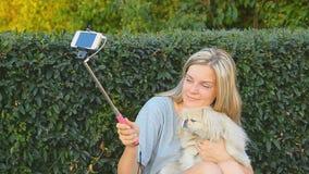 Fille avec le chien mignon pris des photos de son individu clips vidéos