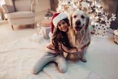 Fille avec le chien sur le ` s Ève de nouvelle année Photo stock