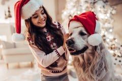 Fille avec le chien sur le ` s Ève de nouvelle année Image stock