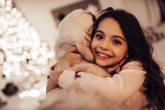 Fille avec le chien sur le ` s Ève de nouvelle année Photos libres de droits