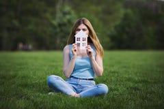 Fille avec le chiffre de carton de la maison photos libres de droits