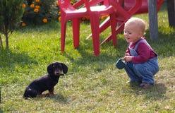 Fille avec le chiot Photographie stock libre de droits