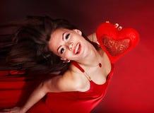 Fille avec le coeur dans le vol rouge. Jour de Valentines. Photographie stock libre de droits