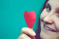 Fille avec le coeur de papier dans de rétros couleurs Photos libres de droits