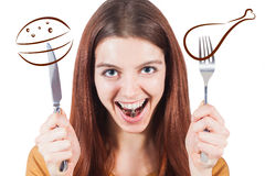 Fille avec le couteau et la fourchette et poids dans sa bouche Photographie stock libre de droits