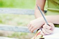 Fille avec le crayon photo libre de droits