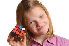 Fille avec le cube de Rubik photographie stock libre de droits