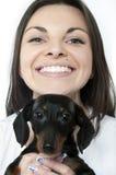 Fille avec le dachshund photographie stock libre de droits