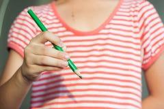 Fille avec le dessin de stylo de crayon Image libre de droits