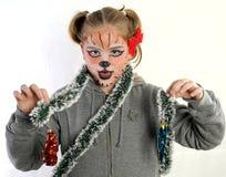 Fille avec le dessin par le tigre de masque Images stock
