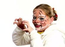 Fille avec le dessin par le tigre de masque Photographie stock libre de droits