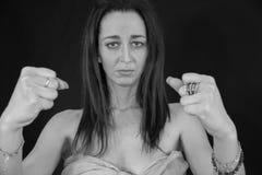Fille avec le dessus de pashmina couvrant les seins à la mode Le jeune m photographie stock libre de droits
