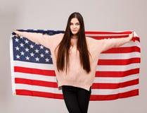 Fille avec le drapeau américain sur le fond gris Images libres de droits