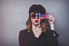 Fille avec le drapeau des Etats-Unis sur le fond gris Photo stock