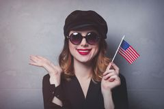 Fille avec le drapeau des Etats-Unis sur le fond gris Photographie stock