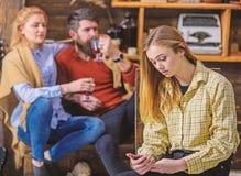 Fille avec le filet concentr? de lecture rapide de visage, concept moderne de technologie Adolescent passant le temps en ligne au photographie stock libre de droits