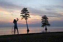 Fille avec le fishnet sur le coucher du soleil Image libre de droits