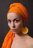 Fille avec le foulard orange photo stock