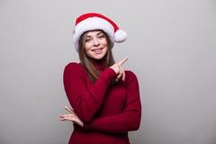 fille avec le geste différent et le chapeau de Santa Images libres de droits