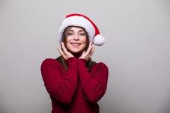 fille avec le geste différent et le chapeau de Santa Photo libre de droits