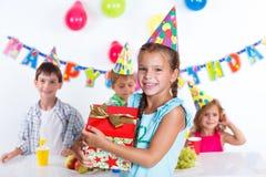 Fille avec le giftbox à la fête d'anniversaire Photos libres de droits