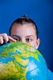 Fille avec le globe Photos libres de droits
