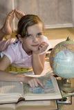 Fille avec le globe sur la lumière du soleil Images libres de droits