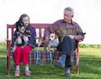 Fille avec le grand-papa et les animaux familiers Photographie stock libre de droits