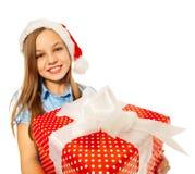 Fille avec le grand présent dans le sourire de chapeau de Santa Photos stock