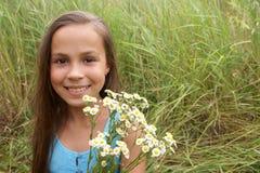 Fille avec le groupe de fleurs de zone Image stock